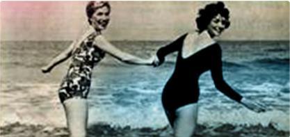 Billede af to kvinder i badedragt, der holder hans hånd. Billedet er gammeldags og illustrere den kvindelige revolution.