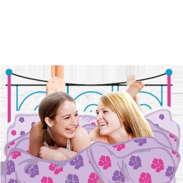 Billede af to unge kvinder liggende i sengen og griner. Billedet viser, at puberteten sker mange ændringer i kroppen, men det er helt normalt.