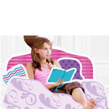 Billede af en ung pige, der sad med sin dagbog og ser eftertænksom. Billedet illustrerer, at det er almindeligt med mange spørgsmål, før de første periode starter.