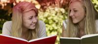Billede af to unge kvinder, der læser bogen. Billedet illustrerer de mange myter forbundet med menstruation.